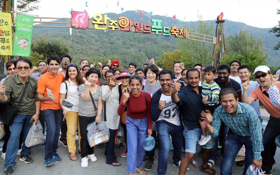 와푸축제 즐기는 외국인 관광객